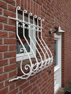 Fenstergitter weiß pulverbeschichtet Balcony Grill Design, Window Grill Design, Steel Doors And Windows, Iron Windows, House Front Porch, House Front Design, Iron Window Grill, Small Backyard Decks, Metal Grill