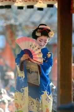 Maiko Kanoka, Gion Higashi (via 祇園東の舞妓さん・八坂神社奉納舞踊|ゆうちゃんの『きょう散歩』)