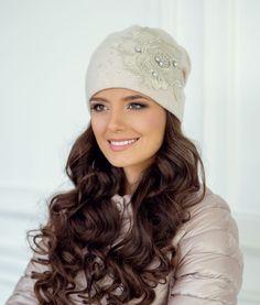 ШАПКА БАНДАНА2 Элегантная женская двойная шапка гладкой вязки в форме банданы. Украшена авторским кружевом и стразами. На задней части - драпировка, придающая объем и бантик,выполненный из основной ткани.