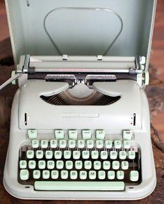 elegante elektrische Schreibmaschine in Weiß