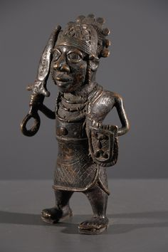 Art africain - Petite statue d'Oba en tenue de guerre Benin Bini Edo