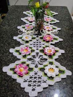Oi meninas!!   Mais um belíssimo trabalho feito por alunas do canal Crochê Bya Ferreira . Dessa vez eu tenho o caminho de mesa Encanto fe...