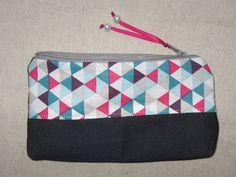 Trousse à maquillage en coton imprimé triangle multicolore + jeans + lien satin + perle en nacre : Trousses par tresors-des-baines