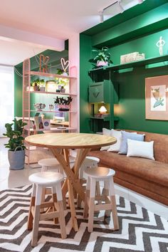 Décor do dia: rosa e verde no escritório - Casa Vogue Cafe Interior, Home Interior Design, Interior Decorating, Bureau Design, Home Office Decor, Diy Home Decor, Vogue Home, Living Room Decor, Bedroom Decor