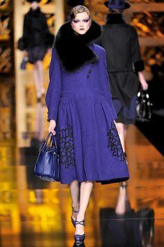 Tapado con vuelo bordado azul cuello de piel Christian Dior