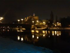 Die Burg Giebichenstein an der Saale in Halle beim Schein der Laternen
