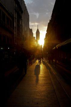La tarde de ayer, la puesta de sol regaló a los paseantes de la calle Madero, en el Centro Histórico una bonita estampa de la Ciudad de Mexico / Isaac Esquivel /  Cuartoscuro