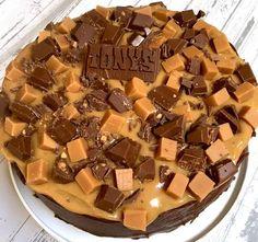 Dit was een bom!!! Letterlijk en figuurlijk. Goddelijke lekker deze Tony chocolonely salted caramel taart. Enorm machtig maar je snijd makkelijk 20 stukken uit deze taart. Vriendje lief was er erg gelukkig mee. Hij vond hem geweldig! De beste taart ever! Eerlijk is eerlijk, mijn inspiratie voor deze taart heb ik van het blog Brenda kookt. ...