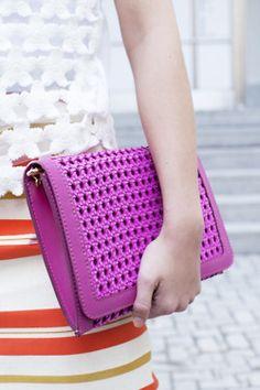 love this clutch Magic Bag, Fashion Courses, How To Make Handbags, Clutch Purse, Chanel Boy Bag, Purses And Bags, Fashion Accessories, Purple, Magenta