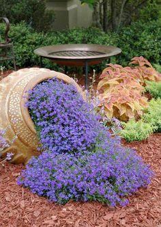 Kwiaty wylewające się z dzbana to idealne rozwiązanie do niewielkiego ogródka, do ogródka o niewielkim metrażu - zobacz jak taki zaprojektować, zainspiruj się i stwórz taki w ogródku przed swoim domem! Po więcej inspiracji na zieleń przed domem zapraszam do wpisu na blogu u Pani Dyrektor!