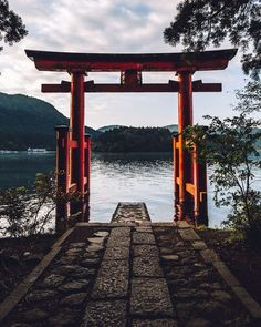 Hakone, a japanese arch in the middle of the nature, leading to a peaceful lake. Japon Tokyo, Japon Illustration, Japan Photo, Japanese Architecture, Cultural Architecture, Okinawa, Japanese Culture, Japan Travel, Belle Photo