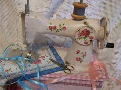 Rose-painted Vintage sewing machine Source: New York Vintage Linens