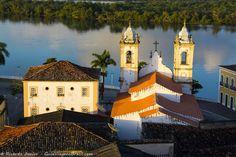 As construções históricas, as torres da Igreja Nossa Senhora da Corrente e o Rio São Francisco ao fundo, no Centro Histórico de Penedo, Alagoas.  Conheça >>> http://www.guiaviagensbrasil.com/al/penedo/