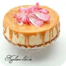 schmandkuchen-mit-karamellsoße
