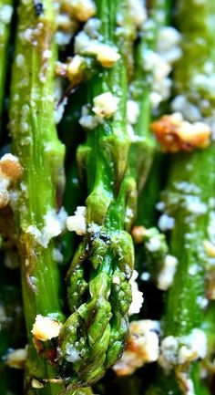 This Garlic Roasted Asparagus is packed with the delicious flavors of garlic and parmesan and is ready in 15 minutes or less! The perfect side dish for any meal Popular Recipes, Great Recipes, Favorite Recipes, Types Of Vegetables, Veggies, Side Dish Recipes, Vegetable Recipes, Healthy Foods To Eat, Healthy Recipes