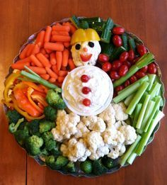 Vegetable tray for winter/Christmas parties - check out others from Vegetable Platter board Christmas Veggie Tray, Christmas Party Food, Xmas Food, Christmas Appetizers, Christmas Cooking, Christmas Desserts, Christmas Treats, Winter Christmas, Christmas Snowman