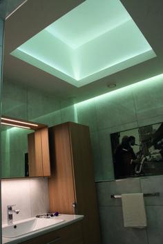 LED-nauha on monikäyttöinen valaistusratkaisu, ja se sopii esimerkiksi kylpyhuoneeseen kuin nenä päähän.  When it comes to lighting solutions, LED-string is a perfect option for every room – a case in point is definitely this amazing bathroom.