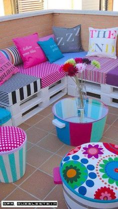 Pallets Old DIY seating from old pallets and crates Diy Terrasse, Old Pallets, Balcony Design, Diy Patio, Pallet Furniture, Furniture Ideas, Backyard Furniture, Outdoor Furniture, Diy Home Decor