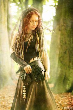 Das ist Jenny von der Niederländischen Band Omnia. www.worldofomnia.com Ich liebe ihre Musik und ihr Art mit der Natur zu leben.
