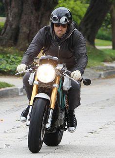 Ryan Reynolds Photo - Ryan Reynolds Heads Home On His Hot Rod
