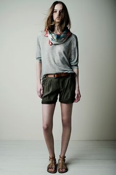 18035 Pañuelo Scarf / 18573 Jersey Sweater / 18845 Shorts / 18020 Cinturón Belt
