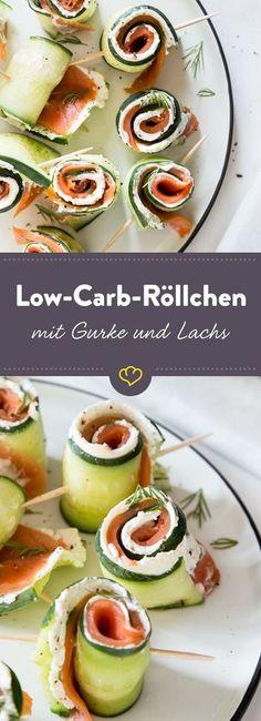 4 Zutaten sind alles, was du für dein nächstes Partybuffet brauchst: Gurke, Räucherlachs und Frischkäse werden aufgerollt zu leckeren Low Carb Happen.