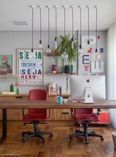 Um escritório colorido, com plantas, quadros e acessórios lindos trazidos de viagens. Vem conhecer e pegar algumas dicas para o seu home office!