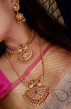 Gold Jewelry For Brides Code: 2679642104 Ruby Necklace Designs, Jewelry Design Earrings, Gold Jewellery Design, Bridal Jewellery, Gold Jewelry Simple, Fashion Jewelry, Jhumkas Earrings, Small Necklace, Short Necklace