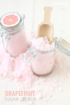 Grapefruit Sugar scrub~This homemade grapefruit scrub will leave your hands soft and refreshed. With a super easy recipe of 4 ingredients, this scrub is extremely cost efficient. Sugar Scrub Homemade, Sugar Scrub Recipe, Homemade Recipe, Homemade Body Scrubs, Homemade Bath Salts, Diy Beauté, Diy Spa, Fun Diy, Diy Body Scrub