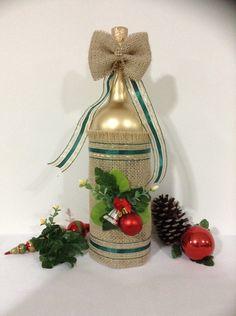 Esta linda garrafa foi decorada para você que gosta de enfeitar sua casa no Natal, seja para receber seus amigos, seja para esperar a chegada do bom velhinho. É também uma ótima opção para presentear aquela pessoa especial para você. Caso desejar encomendar mais nesse mesmo estilo, Posso produ...