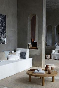 הבית הזה בברצלונה, החליט שהקירות שלו יהיו מבטון חשוף וכמובן מוחלק. במענה לכאלה קירות אנחנו ממליצים על דלת מפורניר אלון לבן בהיר בגוון טבעי. או שורש אלון. כולל משקוף קו אפס לפנים הבית. בואו להרמטיקס ותיצרו דגם חד פעמי  A Stunning Home in Barcelona