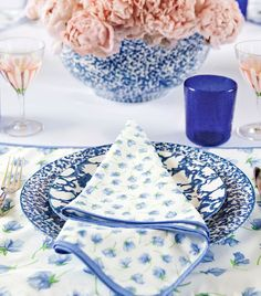 Currently Collecting: Blue and White Table Linens - Lauren Nelson Blue Table Settings, Beautiful Table Settings, Place Settings, Dresser La Table, Breakfast Plate, White Dishes, Blue Dishes, Dinner Napkins, Napkins Set