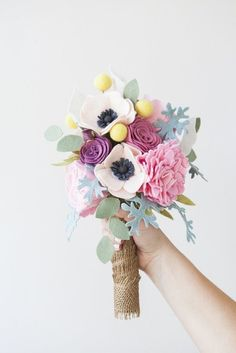 to try, project, craft, floral, DIY: felt flower wedding bouquet Felt Flower Bouquet, Flower Bouquet Wedding, Felt Flowers, Diy Flowers, Fabric Flowers, Paper Flowers, Paper Bouquet, Ribbon Flower, Bridal Bouquets