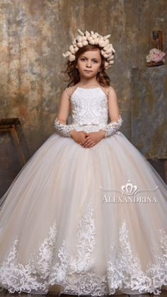 Gorgeous flower girl dress, dress for the first communion, wedding and bridesmaids! Girls Formal Dresses, Wedding Dresses For Girls, Dresses Kids Girl, Baby Pageant Dresses, Princess Flower Girl Dresses, Princess Dress Kids, Flower Girl Outfits, Sequin Flower Girl Dress, Kids Dress Wear