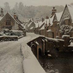 Slytherin, Hogwarts, Dark Look, Harry Potter Aesthetic, The Secret History, Brown Aesthetic, Dark Places, Winter Wonderland, Light In The Dark