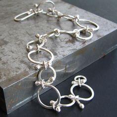 Eine beeindruckende Ergänzung für jede Sammlung. Das Persie-Armband besteht aus handgefertigten, organische durchzogen Verbindungen schwerer Messgerät Sterling in unterschiedlicher Größe. Poliert, um einen hohen Glanz, ist dieses Armband Kette modern, Fett, ungewohnt. Die Ohrringe Begleiter zu diesem Armband sind auch in meinem Shop verfügbar. Dieses Armband wird ca. 8 cm (20) messen. Es kann ein bisschen kleiner gemacht werden durch die Schließung auf einen anderen Link einbinden…