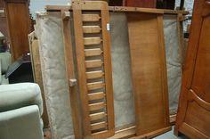 Guillerme et Chambon : bois de lit en chêne avec sommier et matelas