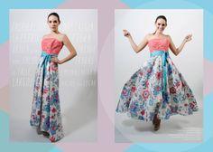 Vestido largo asimétrico, cuerpo en brocado coral estampado, falda floral rematada con un lazo azul.