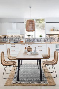 Associant le bois et le blanc, la cuisine VILA est le modèle tout trouvé si vous êtes à la recherche d'une pièce pleine de clarté, lumineuse et intemporelle ! La touche de bois apporte un côté élégant et bohème. Le petit plus : vous aimerez les étagères tabulaires, fonctionnelles tout en étant des éléments de décoration. Rose Gold Kitchen, Boho Kitchen, Kitchen Decor, Restaurant Interior Design, Kitchen Interior, Kitchen Drawing, Home Decor Inspiration, Sweet Home, Bedroom Decor