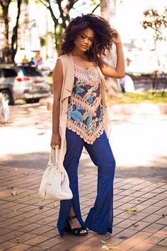 Blusa estampada, com entremeios em crochê, duplando lindamente com a calça flare em azul royal.