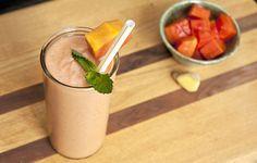 Si sientes pesadez constante e inflamación, agrega a tu dieta este rico smoothie de papaya en las mañanas, sentirás el cambio.
