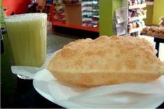 Delicioso Pastel de Queijo acompanhado de um refresco de Caldo de Cana. Lanche tipicamente cerense.