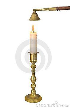 Palmatoria de cobre amarillo con la vela aislada.