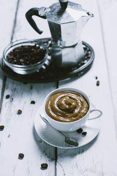 Questa crema pasticciera al caffè è perfetta per farcire dolci e torte, ed è anche un'alternativa alla classica crema, rapidissima e facile da preparare!