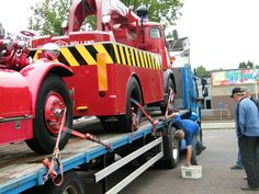 De Ahrens Fox en de Commer kraanwagen op transport naar de Bilt-Bilthoven zaterdag 11 juni