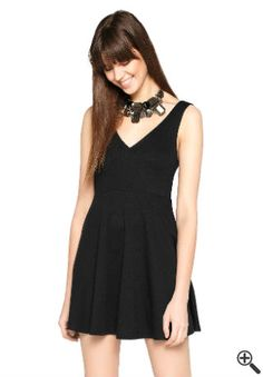 Tamaras Outfit fürs erste Date... http://www.fancybeast.de/cocktailkleider/schwarzes-kleid-mit-v-ausschnitt-outfit-erste-date/ #VAusschnitt #Ausschnitt #Kleider #Dress #Outfit #Date #Cocktailkleider #Fashion