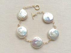 大きなコインパールのブレスレット Handmade Accessories, Pearl Earrings, Pearls, Crafts, Jewelry, Outfits, Fashion, Outfit, Pearl Studs