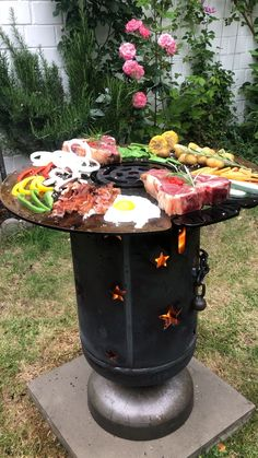 Feuertonne/Grillen 🔥🛢🔥🛢🔥🛢🔥🛢🔥 With such a fire barrel with a steel plate, grilling is simply even mor Backyard Patio Designs, Backyard Projects, Diy Patio, Diy Wood Stove, Bio Ethanol, Outdoor Fire, Outdoor Decor, Barbecue Design, Fire Pit Area