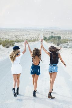 Desert Dreamers ~ Festival 2017 - Strike a pose - Idea - Inspiration - Girls Squad - Team - Photo Best Friends, Best Friends Shoot, Best Friend Fotos, Cute Friends, Best Friends Forever, Cute Friend Poses, Best Friend Pics, Photoshoot With Friends, Bff Pics
