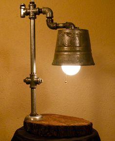 El Chupón es una lámpara hecha a mano con elementos de madera, una cubeta y tubos de metal. Conoce más sobre la historia de Chupón al dar click sobre la imagen.